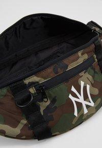 New Era - WAIST BAG LIGHT NEW YORK YANKEES  - Kabelka - green - 5
