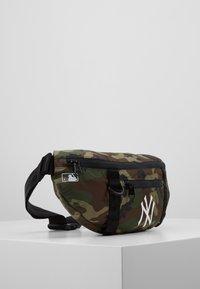 New Era - WAIST BAG LIGHT NEW YORK YANKEES  - Kabelka - green - 4