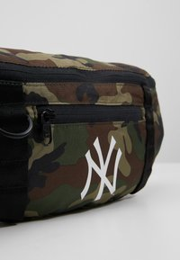 New Era - WAIST BAG LIGHT NEW YORK YANKEES  - Kabelka - green - 2