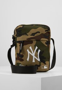 New Era - MLB SIDE BAG NEW YORK YANKEES WOODLAND OPTIC  - Across body bag - green - 0