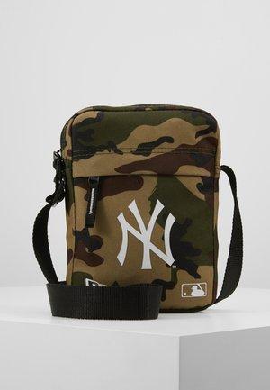 MLB SIDE BAG NEW YORK YANKEES WOODLAND OPTIC  - Taška spříčným popruhem - green
