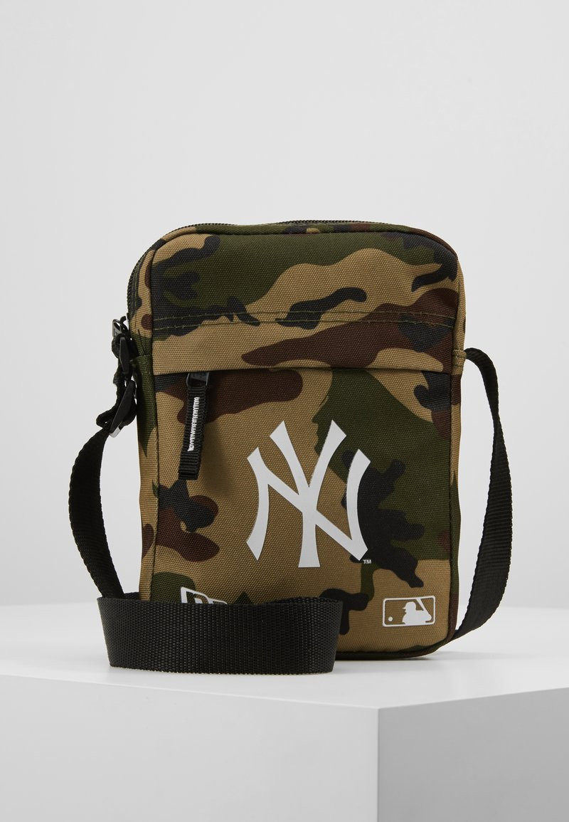 New Era - MLB SIDE BAG NEW YORK YANKEES WOODLAND OPTIC  - Across body bag - green