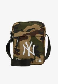 New Era - MLB SIDE BAG NEW YORK YANKEES WOODLAND OPTIC  - Across body bag - green - 1