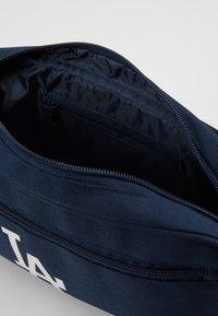 New Era - MLB CROSS BODY BAG LOSDOD - Skulderveske - navy - 5