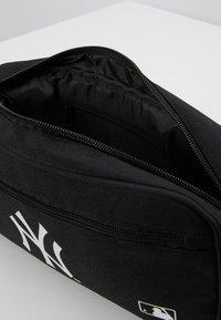 New Era - MLB CROSS BODY BAG NEYYAN  - Taška spříčným popruhem - black - 5