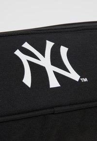 New Era - MLB CROSS BODY BAG NEYYAN  - Taška spříčným popruhem - black - 2