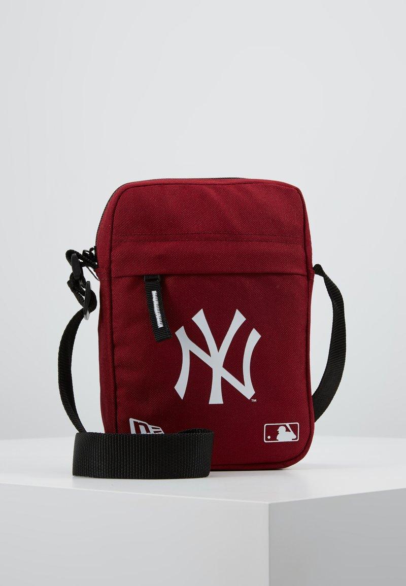 New Era - MLB SIDE BAG NEYYAN  - Umhängetasche - red