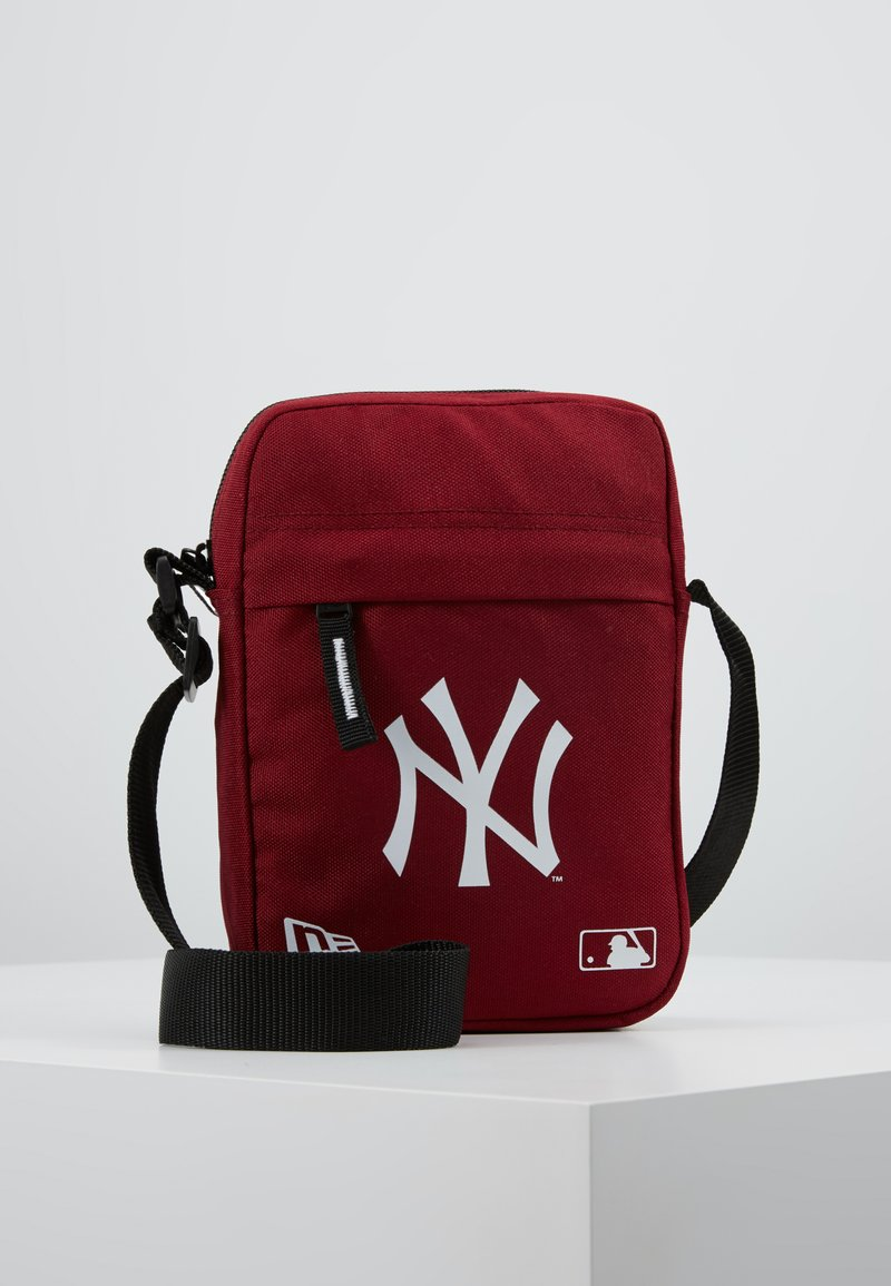 New Era - MLB SIDE BAG NEYYAN  - Sac bandoulière - red