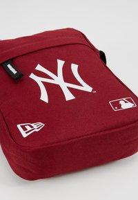 New Era - MLB SIDE BAG NEYYAN  - Umhängetasche - red - 2