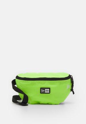 MINI WAIST BAG - Taška spříčným popruhem - neon green