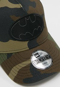 New Era - TRUCKER BATMAN - Lippalakki - dark green - 2
