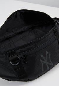 New Era - WAIST BAG LIGHT - Ledvinka - black - 4