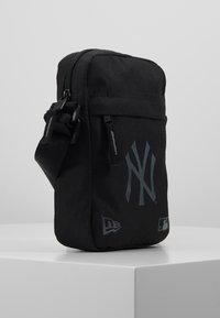 New Era - SIDE BAG - Umhängetasche - black - 3