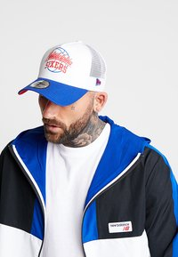New Era - NBA TRUCKER - Cap - blue/white - 1