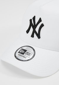 New Era - ESSENTIAL AFRAME TRUCKER - Cap - white - 6