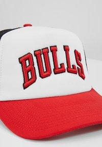 New Era - NBA TEAM TRUCKER COLOUR BLOCK - Casquette - white/red - 2