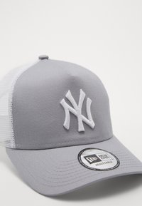 New Era - CLEAN TRUCKER NEYYAN - Caps - gray/white - 2