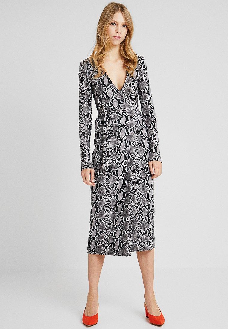 New Look Tall - SERENA SNAKE - Vestido largo - grey