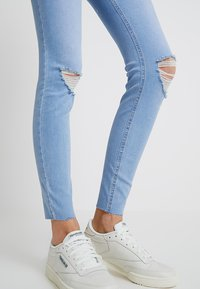 New Look Tall - BRIGHT RIP DISCO - Jeans Skinny Fit - blue - 3