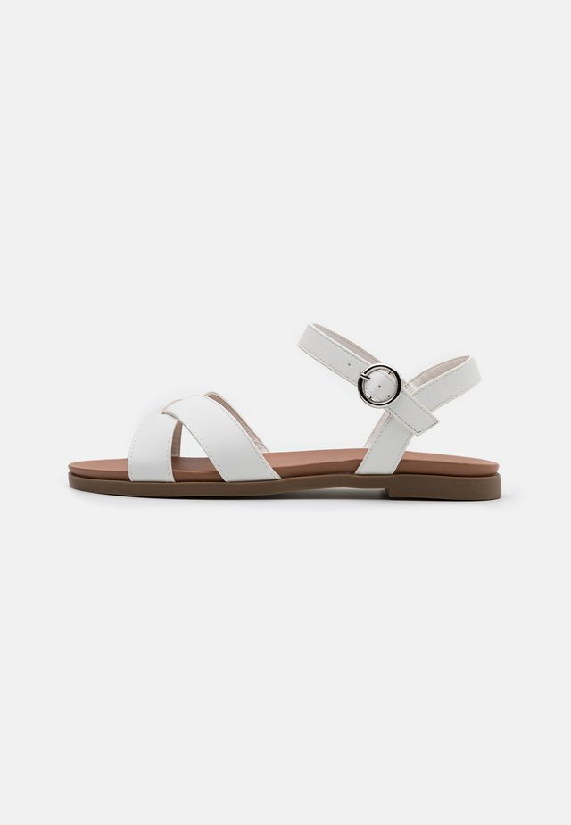 WIDE FIT GOODY - Riemensandalette - white