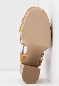 New Look Wide Fit - WIDE FIT PIXIE - Sandalias de tacón - dark yellow