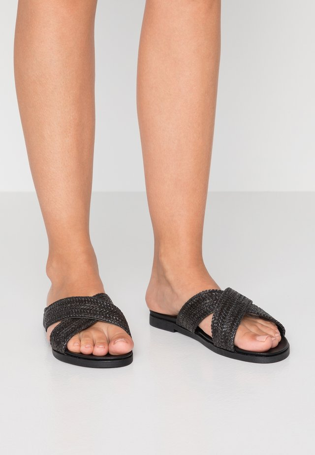 WIDE FIT FIZZ - Muiltjes - black