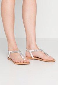 New Look Wide Fit - WIDE FIT FOPAZ - Sandály s odděleným palcem - white - 0
