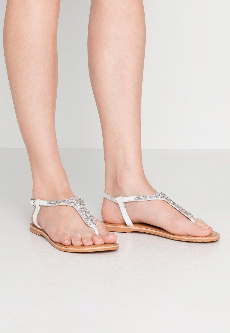 New Look Wide Fit - WIDE FIT FOPAZ - Sandály s odděleným palcem - white