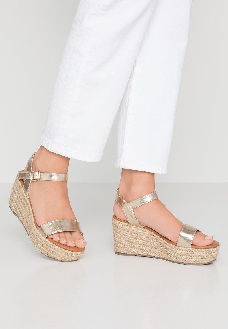 New Look Wide Fit - WIDE FIT PLATTER - Korkeakorkoiset sandaalit - gold