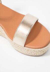 New Look Wide Fit - WIDE FIT PLATTER - Korkeakorkoiset sandaalit - gold - 2