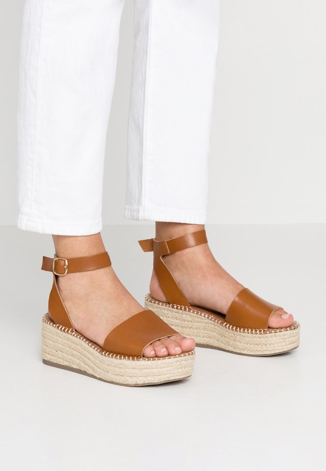WIDE FIT POPPINS - Plateausandaler - tan