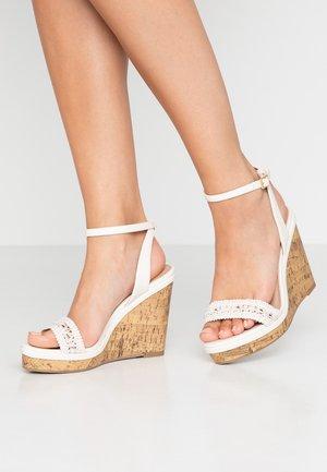 WIDE FIT PILAR  - Sandály na vysokém podpatku - offwhite