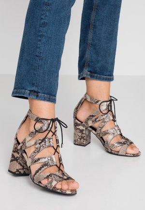 WIDE FIT TILZ - Sandály na vysokém podpatku - stone