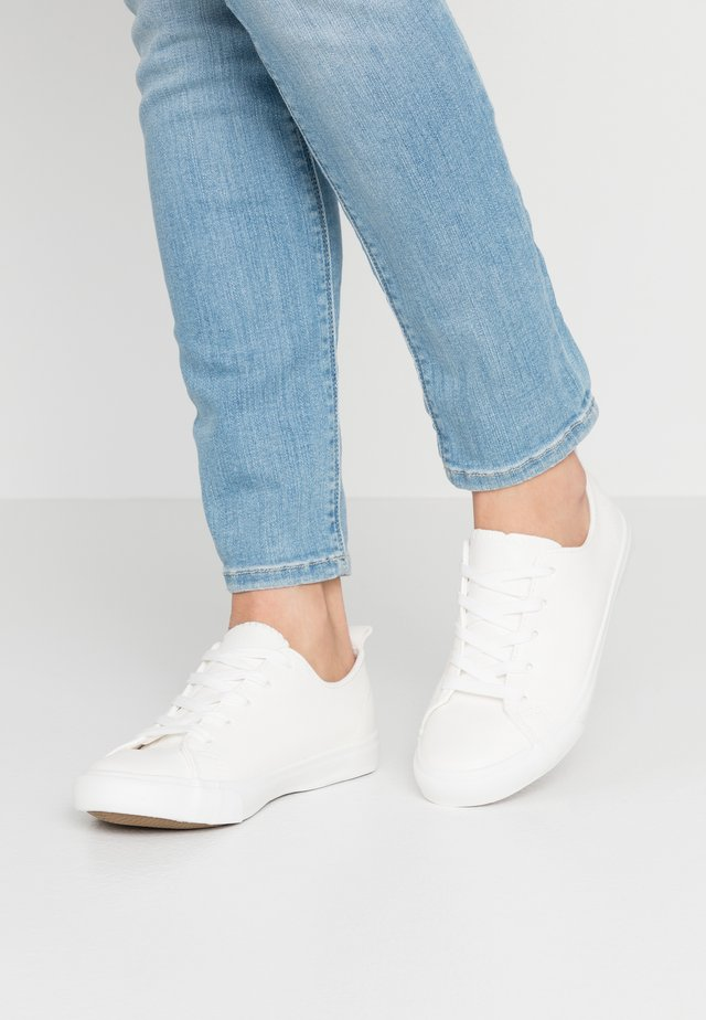 WIDE FIT MOGUEL - Trainers - white