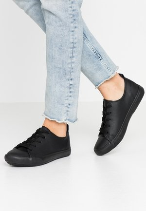 WIDE FIT MOGUEL - Trainers - black