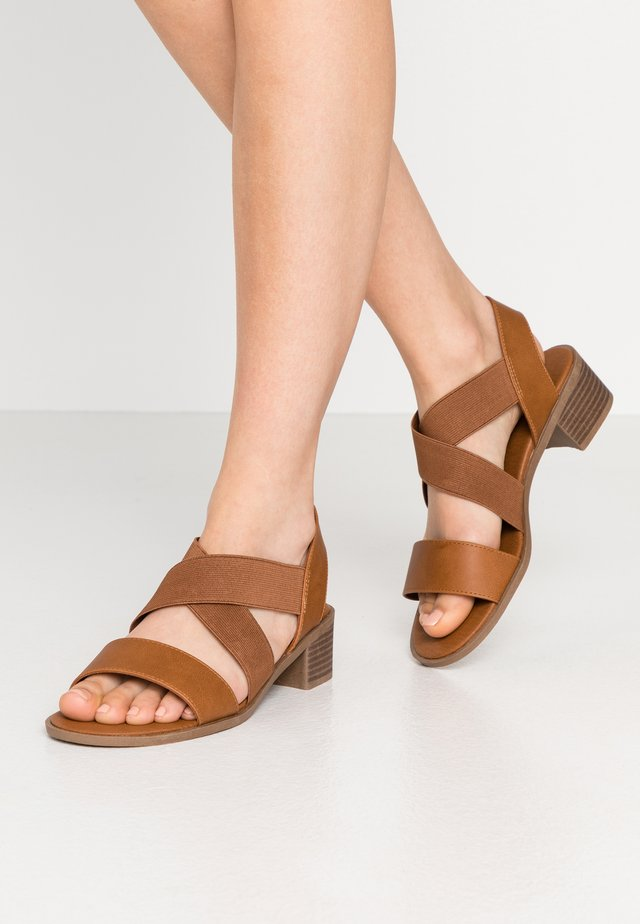 WIDE FIT PATZ - Sandalen - tan