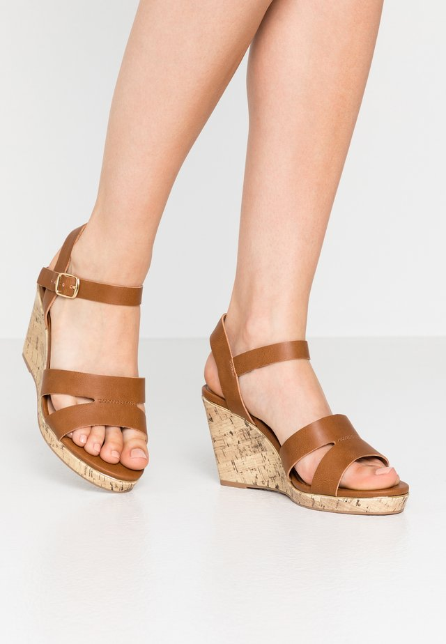 WIDE FIT POSSUM WEDGE - Højhælede sandaletter / Højhælede sandaler - tan