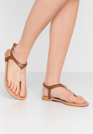 WIDE FIT HOXTON - Sandály s odděleným palcem - tan