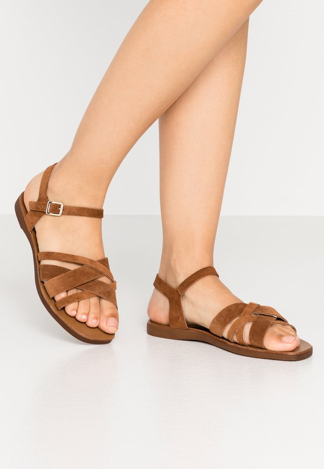 WIDE FIT GEANETTE - Riemensandalette - tan