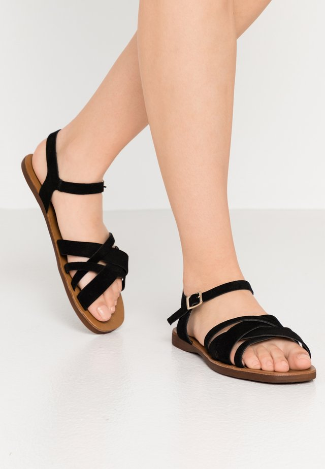 WIDE FIT GEANETTE - Riemensandalette - black