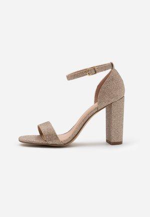WIDE FIT VARONA - Sandály na vysokém podpatku - gold