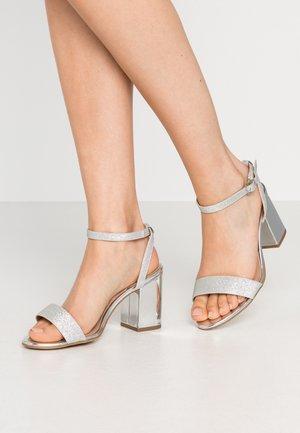 WIDE FIT ZAN SHIMMER MID BLOCK - Sandalen met hoge hak - silver