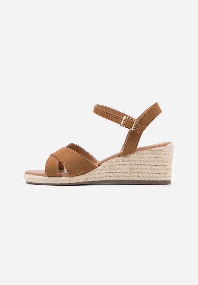 WIDE FIT YABBY CROSS VAMP LOW WEDGE - Alpargatas - tan