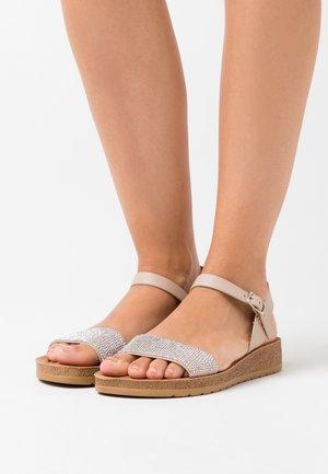WIDE FIT FRANKIE - Sandaletter med kilklack - oatmeal