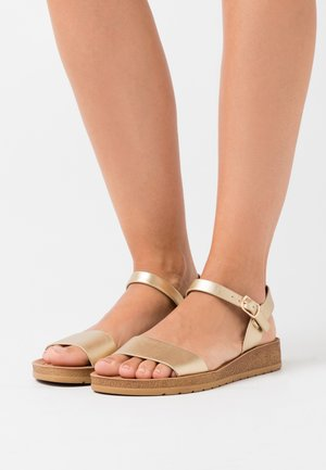 WIDE FIT FRANKIE - Wedge sandals - gold