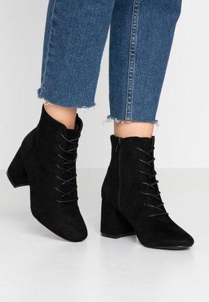 WIDE FIT ANNE - Šněrovací kotníkové boty - black
