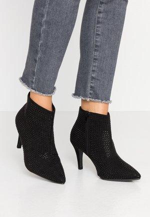 WIDE FIT BUZZ - High Heel Stiefelette - black
