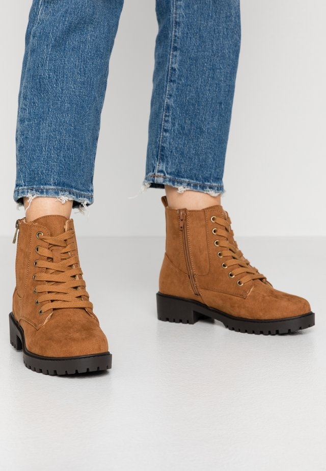 WIDE FIT CRUELLA - Veterboots - tan