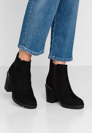WIDE FIT CARRIE - Kotníková obuv na vysokém podpatku - black