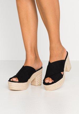 SUMMER PLATFORM MULE - Pantofle na podpatku - black